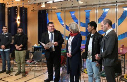 Staatssekretär Mark Weinmeister, Projektleiterin Antje Hartmann und Dekan Norbert Mecke mit Projektteilnehmern. Foto: nh