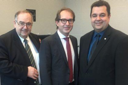 Der Bezirksvorsitzende der CDU Kurhessen-Waldeck Bernd Siebert (links) mit Alexander Dobrindt und der Verkehrspolitiker Thomas Viesehon. Foto: nh