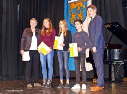 Maria Nohl, Jennifer Zuban, Nele Rothauge, Marcel Al-Batat, Bürgermeister Dr. Nico Ritz (v.l.). Foto: P. Dewald/nh