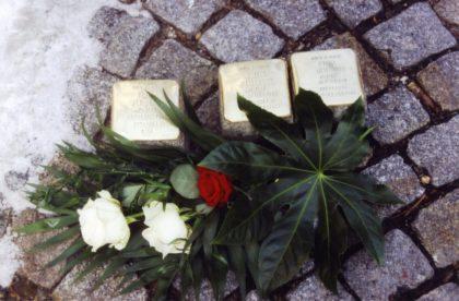 Die Steine für die Homberger Familie Heilbronn vor der Verlegung im Frühjahr 2005. Foto: Thomas Schattner