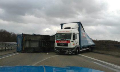 Der Anhänger eines Lastzuges stürzte im Bereich der Talbrücke Breuna infolge einer Windböe auf die Seite. Foto: Polizeipräsidium Nordhessen/obs