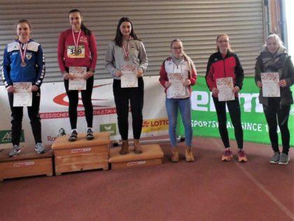 Siegerehrung im Hammerwurf der WU18 mit Fabienne Knöpfel, die den vierten Platz belegte. Foto: nh