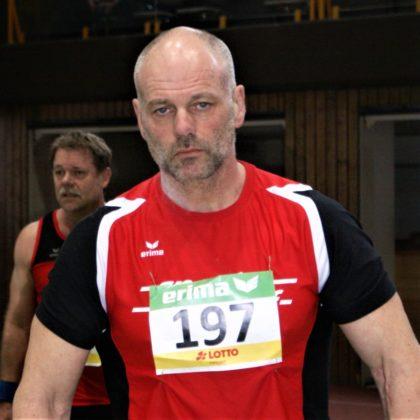 Uwe Krah demonstierte als 54-Jähriger Stärke, Leistungswillen und Leistungsbereitschaft im Kugelstoßen der Männer und belegte mit 12,02 m den dritten Platz. Foto: nh