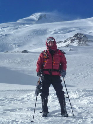 Durch eine Schnee- und Eiswüste im Kaukasus: Dr. Andreas Hettel auf dem beschwerlichen Weg zum Gipfel des Elbrus in 5642 Meter Höhe. Foto: nh