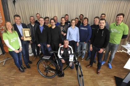Dr. Astrid Szogs (1. v.l.) und Markus Oeste (1. v.r.) vom Regionalmanagement Nordhessen zeichnen die Gewinner der 2. Bike Challenge Nordhessen aus. Foto: nh