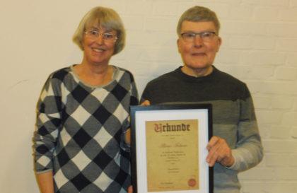 Klaus Fabian wird zum Ehrenchorleiter ernannt. Foto: nh