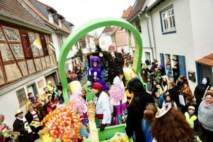 Große Kopfhörer und gute Laune: Das FFH-Team kommt mit dem FFH-Konfetti-Truck zu den Faschingsumzügen nach Wiesbaden (11. Februar), Fritzlar (12. Februar) und Frankfurt-Heddernheim, also Klaa Paris (13. Februar). Im vergangenen Jahr war das FFH-Team mit Party-Hits auf den Umzügen in Oberursel, Fulda (Foto) und Dieburg (Foto mit den FFH-Morningshow-Moderatoren Daniel Fischer und Julia Nestle). Foto: HIT RADIO FFH