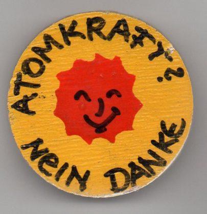 Handgemalter Anti-AKW-Button. Foto: Archiv Wolfgang Luncke, Nürtingen