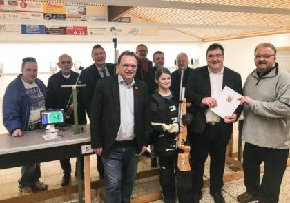 Vorne von links: Landrat Winfried Becker, Jugendschützin Meilen Deter, Staatssekretär Mark Weinmeister und den TuSpo Vorsitzenden Klaus Gerhold. Foto: nh