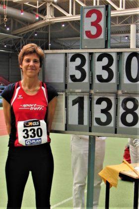 Jutta Pfannkuche blieb als Zweite mit 1,38 Meter drei Zentimeter über den alten deutschen Hallenrekord. Foto: nh