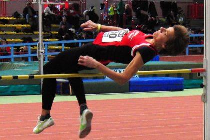 Jutta Pfannkuche reißt im 3. Versuch ganz knapp die neue deutsche Rekordhöhe für die W60 von 1,41 Meter. Foto: nh