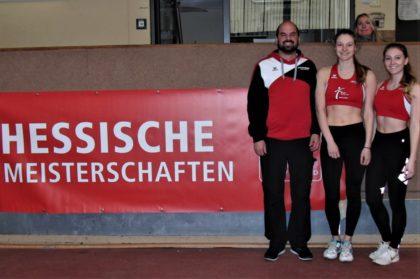 Christian Khin, der Landesfachwart, gratulierte Nele Grenzebach und Sophia Hog zu ihrer Silbermedaille. Foto: nh
