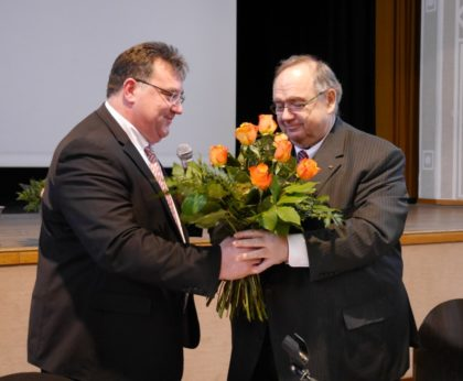 Der neue Kreisvorsitzende Mark Weinmeister (li.) gratuliert dem neuen Ehrenvorsitzenden Bernd Siebert. Foto: nh