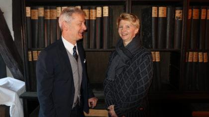 Dr. Brigitte Pfeil (Leitung der Sondersammlungen der Landesbibliothek) gemeinsam mit Verleger Conrad Fischer vor einem Teil des Bernecker-Verlagsarchivs. Foto: nh