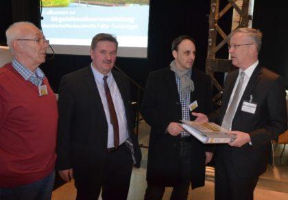 Unterschriftenübergabe gegen die geplante Geistal-Trasse an den Generalbevollmächtigten der Deutschen Bahn AG Herrn Dr. Vornhusen. Foto: nh