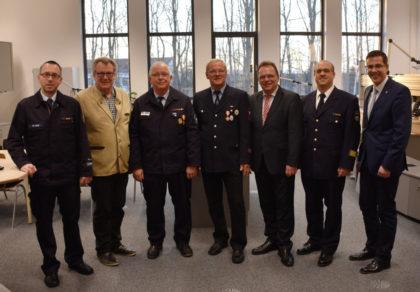 Kurt Marx und Bernd Völske (Mitte) bekamen für 50 Jahre aktiven Feuerwehrdienst die Sonderstufe des Brandschutzehrenzeichens verliehen. Foto: nh