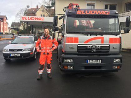 Eike Ludwig mit seinen Fahrzeugen. Foto: nh