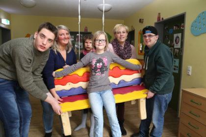 Daniel, Annika Horn, Raja, Louisa, Erziehungshelferin Katja Mantz und Nils (v.l.) freuen sich über die neue Bank. Foto: nh