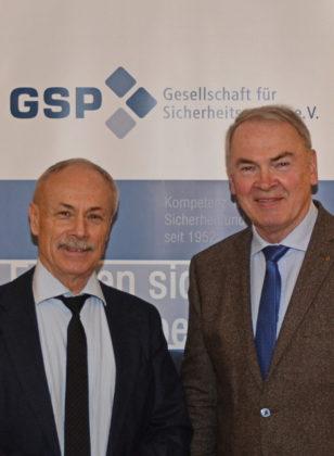 Kersten Lahl (Generalleutnant a.D. und Vizepräsident der GSP e.V) und Reinhold Hocke (Leiter der GSP – Sektion Fritzlar-Schwalm-Eder) (v.l.). Foto: nh