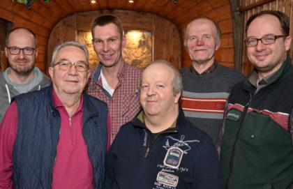Holger Paul (Schriftführer), Lothar Pfannkuche (Rechner), Michael Heimel (Vorsitzender), Reiner Röse (stellvertretender Vorsitzender), Helmut Pitz (füherer Vorsitzender) und Jan Stetter (Leiter Forstamt Melsungen) (v.l.). Foto: Reinhold Hocke