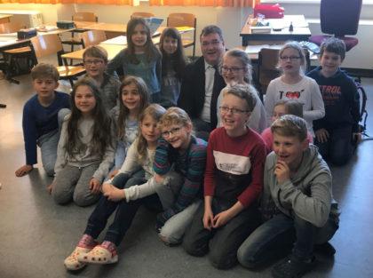 Mark Weinmeister mit Schülern der Wolfgang-Fleischert-Schule. Foto: nh