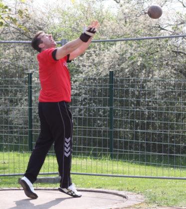 Norbert Weinreich verbesserte den 21 Jahre alten Kreisrekord im Gewichtwerfen von 12,41 auf 13,51 Meter. Foto: Lothar Schattner