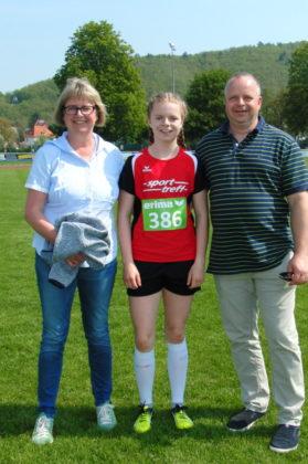 Die 13-jährige Vivian Groppe mit ihren Eltern nach ihrem 100-Meter-Sieg in 12,98 Sekunden. Foto: nh