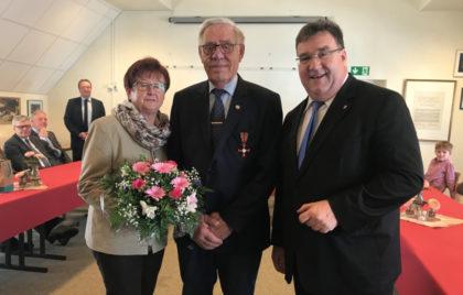Ehefrau Hertha Harbusch, Herbert Harbusch und Staatssekretär Mark Weinmeister (v.l.). Foto: nh