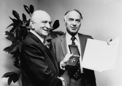 David Silberberg (r.) bei der Verleihung des Bundesverdienstkreuzes 1974. Foto: nh