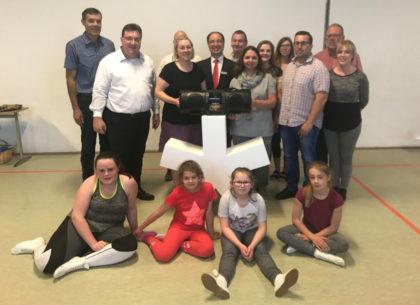 Bürgermeister Hartmut Spogat und Staatssekretär Mark Weinmeister mit Mitgliedern der Fritzlarer Stadtnarren Blau-Weiß e.V. Foto: nh
