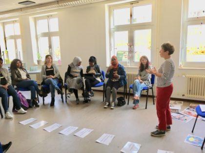 Geflüchtete Frauen informieren sich über Frauenrechte in der Beratungsstelle BLEIB in Hessen II bei Arbeit und Bildung e.V. (re.: Bärbel Spohr, Frauenbüro des Schwalm-Eder-Kreises). Foto: Arbeit und Bildung e.V.