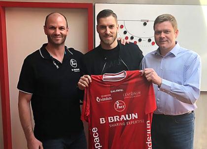 Domagoj Pavlovic (Mi.) mit Trainer Heiko Grimm (li.) und Vorstand Axel Geerken. Foto: MT