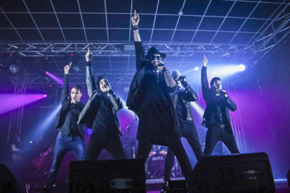 """Nicht nur musikalisch, sondern auch optisch extrem nah am Original: Die Tribute-Show """"Backstreet's Back"""" aus Italien mit fünf Sängern und Tänzern sowie voller Live-Band-Besetzung. Foto: nh"""