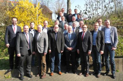 Die Bürgermeister der HSGB-Kreisgruppe Schwalm-Eder mit dem geschäftsführenden Direktor Karl-Christian Schelzke (vorne, dritter von rechts) und Rainer Kesper, Leiter Arbeitsagentur Schwalm-Eder-Kreis (vorne, vierter von links). Foto: nh