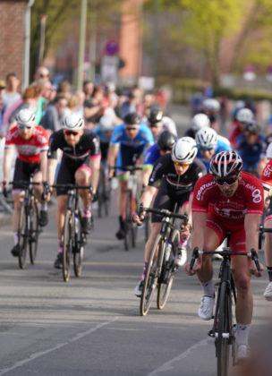 Zielsprint beim Rennen in Duisburg. Roman Kuntschik kann den Sprint des Hauptfeldes klar für sich entscheiden und wird damit Zweiter. Foto: Michael Schroeder