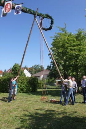 Traditionelle Maibaumaufstellung in Schwalmstadt-Allendorf. Foto: nh
