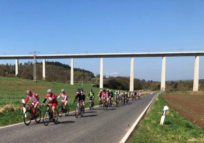 Auf dem Foto sind die MT-Radsportler (in Rot-Weiß) unterwegs im Altkreis Melsungen  mit den Gästen aus ganz Nordhessen, hier die Rouleur-Gruppe in der Nähe von Morschen. Foto: nh