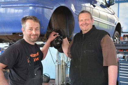 Stephan Müller und Michael Waskönig (v.l.) von Müllers Werkstatt in Niederbeisheim wollen mit ihrer Aktion Auto im Glück Menschen helfen, die unverschuldet in automobile Not geraten sind. Foto: nh
