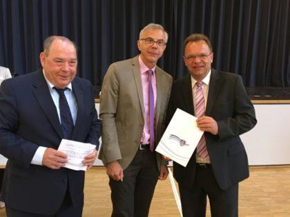 Kreistagsvorsitzender Michael Kreutzmann, Andreas Gründel und Landrat Winfried Becker (v.l.). Foto: nh