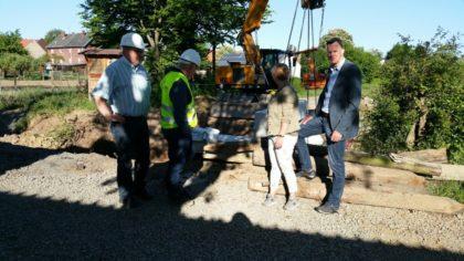 Bauleiter Ziegler, Herr Ebert, Kirsten Rockensüß und Bürgermeister Heinrich Vesper (v.l.). Foto: nh