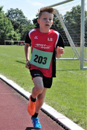 Der 10-jährige Linus Schopf verbesserte den Kreisrekord über 800 Meter auf 2.44,2 Minuten. Foto: nh