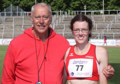 Luise Zieba mit Trainer Alwin J. Wagner, der den Plan für eine 3000m-Zeit unter 11 Minuten ausgearbeitet hatte. Foto: nh