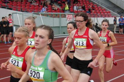 Luise Zieba, Startnummer 913, hielt mit der teilweise 20 Jahre jüngeren Konkurrenz gut mit und verbesserte sich übre 800 Meter auf 2:27 Minuten. Foto: nh