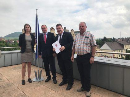 Fachbereichsleiterin Lisa Vogel, Bürgermeister Frank Börner, Staatssekretär Mark Weinmeister sowie den Stadtverordneten Horst Hildebrandt (v.l.). Foto: nh