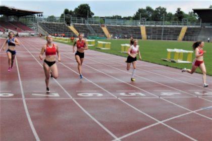 Sophia Hog setzte sich im 200m-Finale klar durch. Auf Bahn 4 die U18-Siegerin Vivian Groppe. Foto: nh