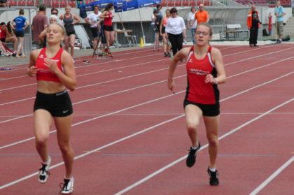 Sophie Wagner und Lynn Olson lieferten sich im 400 Meter-Lauf der U20 ein spannendes Rennen, das zeitgleich auf der Ziellinie endete. Foto: nh