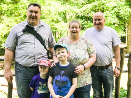 Mark Weinmeister (links) sowie Peter und Tanja Hallier mit ihren Kindern Oliver und Daniel. Foto: nh