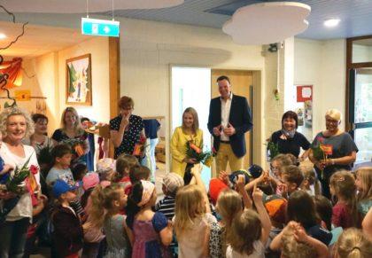 """Blumen und ein schriftliches Dankeschön verteilte die FDP-Landtagsabgeordnete Wiebke Knell (Mitte) an die Erzieherinnen und Erzieher in der Kindertagesstätte """"Schwälmer Zwerge"""". Über den Besuch freuten sich die Leiterin Martina Eckstein und Bürgermeister Heinrich Vesper. Foto: nh"""