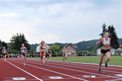Zielfoto von der 4x100m-Staffel der WU20. Sophia Hog, Zweite von rechts, holte noch stark auf und sicherte der MT Melsungen Rang vier. Foto: nh