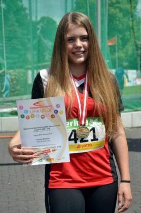 """Franka ist ein """"Hammer-Mädel"""". Mit der Wurfweite von 41,41m sicherte sie sich die Hessische Jugendmeisterschaft. Foto: nh"""